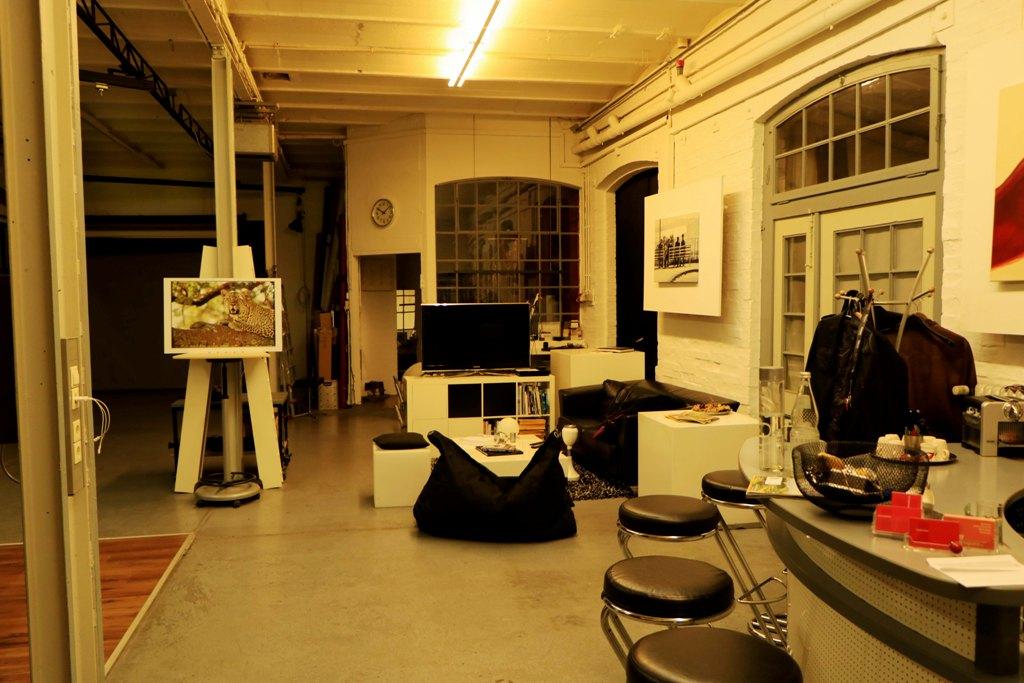 Das Atelier im Kunstlicht, rechte Seite. Man staunt nicht schlecht, was aus solch einer alten Fabrikhalle alles werden kann