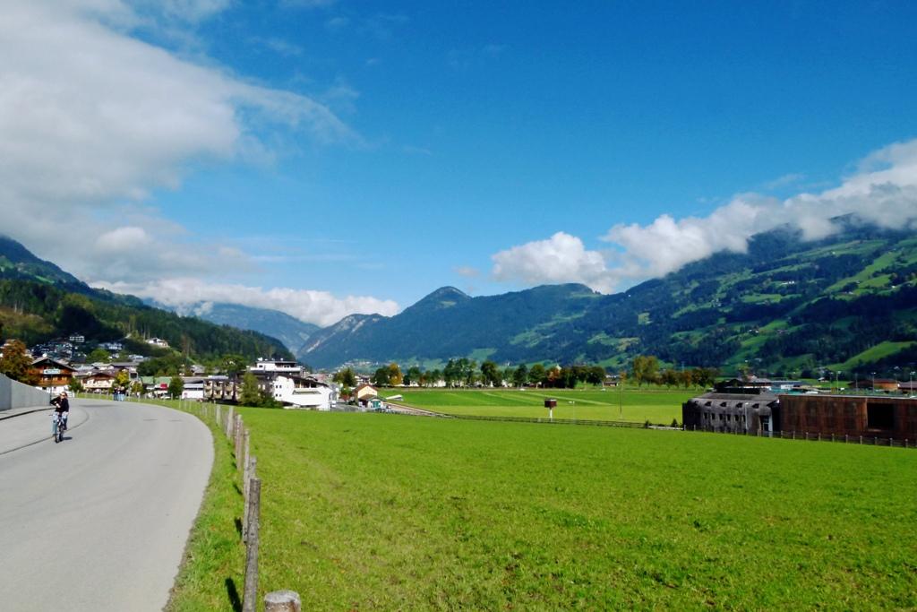 Fügen-Hart und auf der Sonnenseite (rechts Fügen Kaltenbach), hier beginnt die aktive Wintersportregion im Zillertal