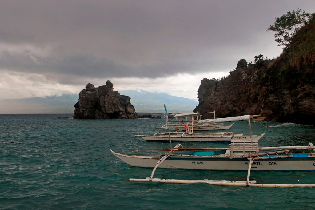Die vorgelagerte Felsenklippe Apo Islands mit Blick auf einen Teil der Insel Negros