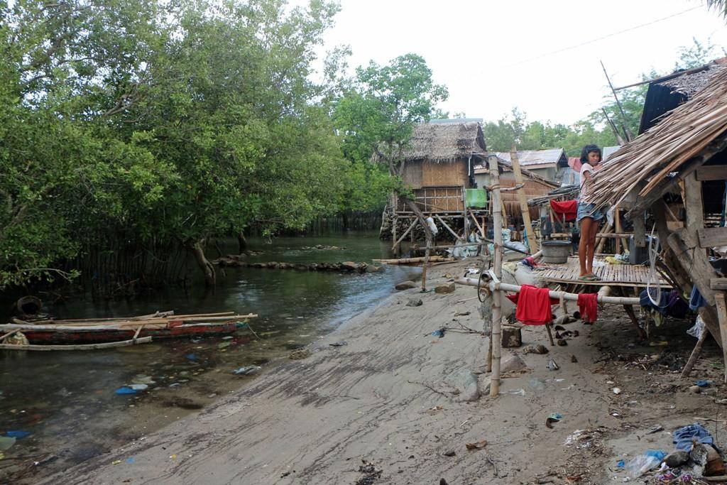 Dicht am Mangrovenwald Ufer stehen die Payag der Fischer und sehen nicht besonders aus!