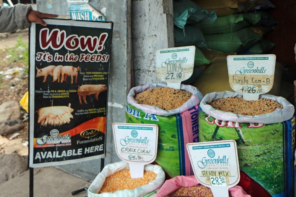 Werbung für das Fleisch vom Schwein und säckeweise die Grundnahrungsmittel mit moderaten Preisen.