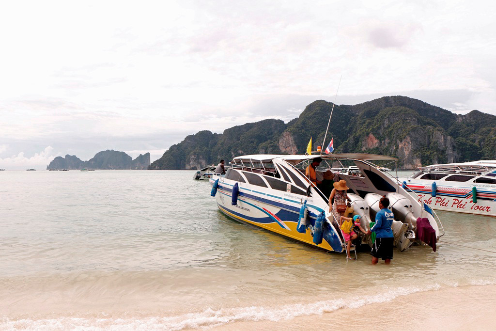 Unser Speedboat liegt am Strand vor Baan Ton Sai auf Kho Phi Phi Don.