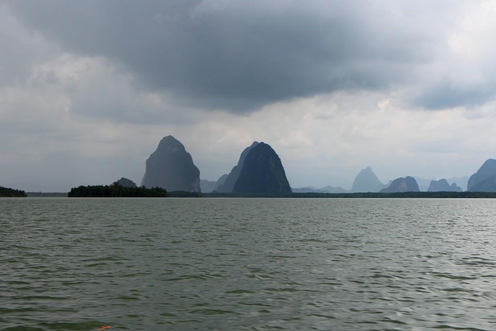 Das Longtailboot taucht bei starken Regen ein in den Nationalpark