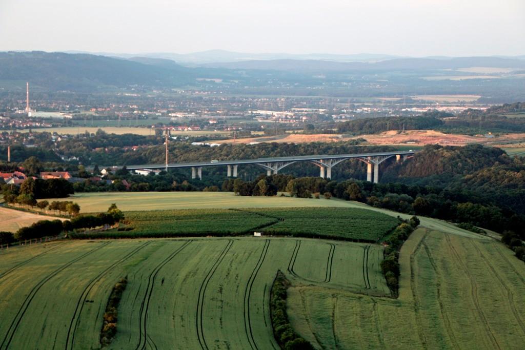Die Lockwitztalbrücke mit ihren 18 Pfeilern ist eine Stahlverbundbrücke