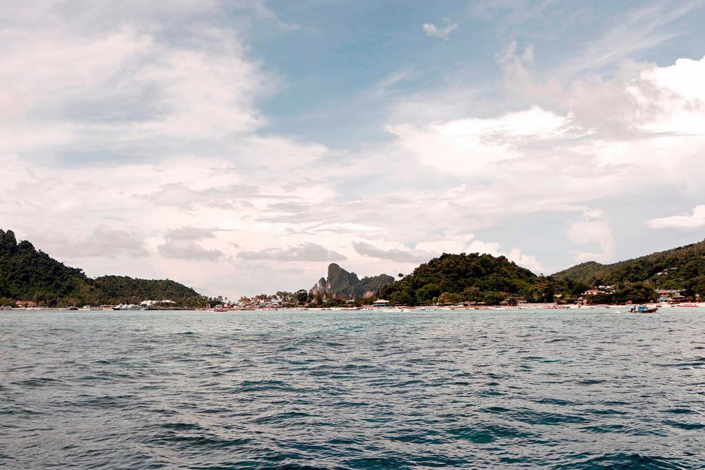 Wir werfen einen letzten Blick zurück auf Koh Phi Phi mit der Ton Sai Bay!