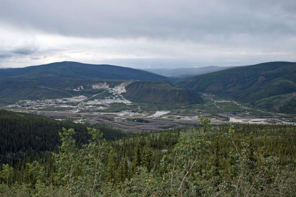 Teilansicht der Goldfelder am Klondike vom Midnight Dome aus gesehen.