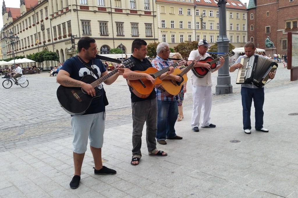 ...eine Gitarrengruppe unterhält die Besucher auf dem Marktplatz