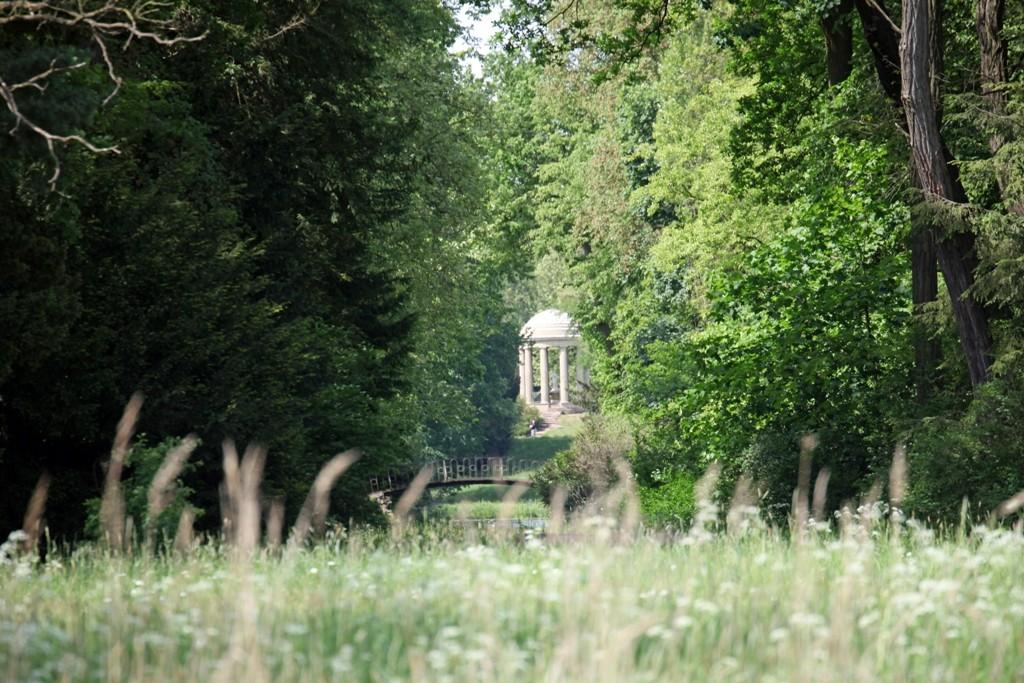 Der Venustempel und die  Agnesbrücke am Elbdeich (Sichtachse)
