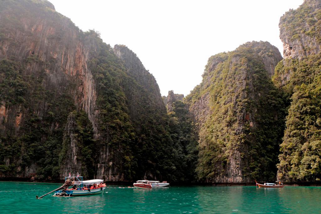hohen Kalksteinfelsen eingefasste Lagune hat verdammt klares Wasser und weist einen hohen exotischen Fischreichtum auf.