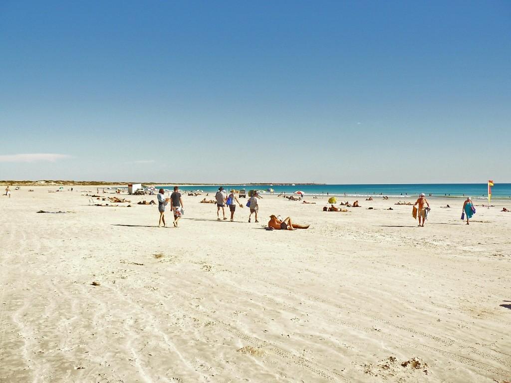 Hier nahmen wir ein ausgiebiges Bad im kristall klaren Wasser des Indischen Ozeans. Der schönen weiße Strand von Cable Beach erstreckt sich hier über 22 Km.