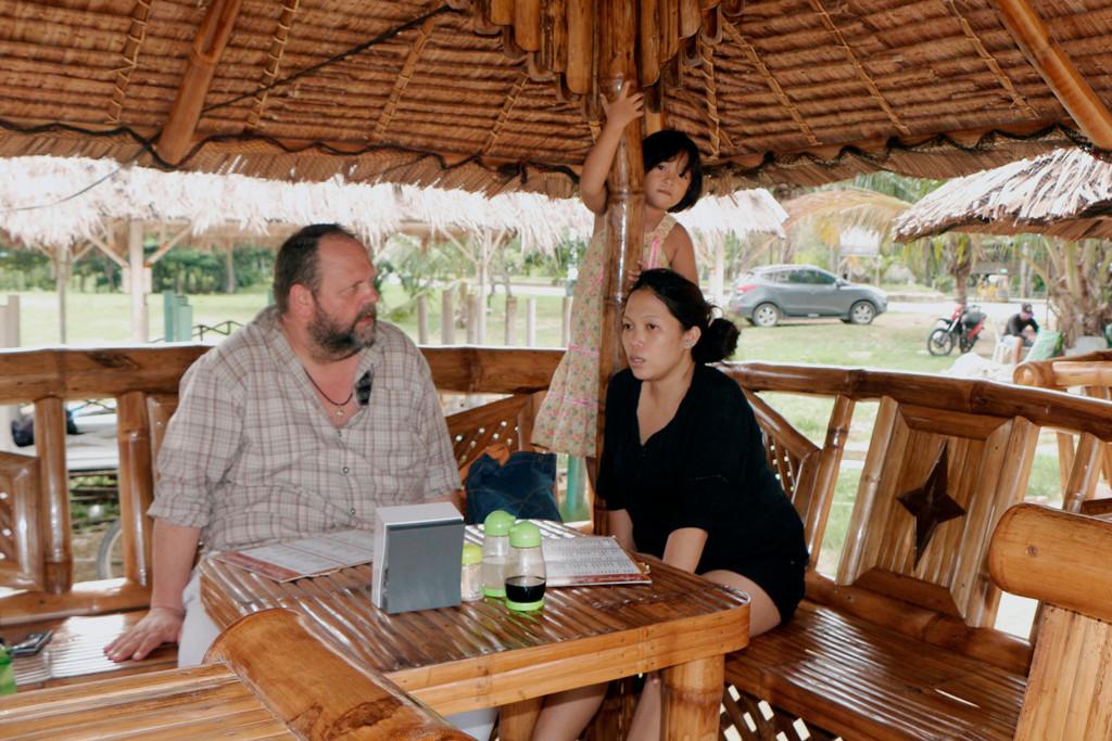 Udo, Patty und Aryana warten auf die Speisen und Getränke