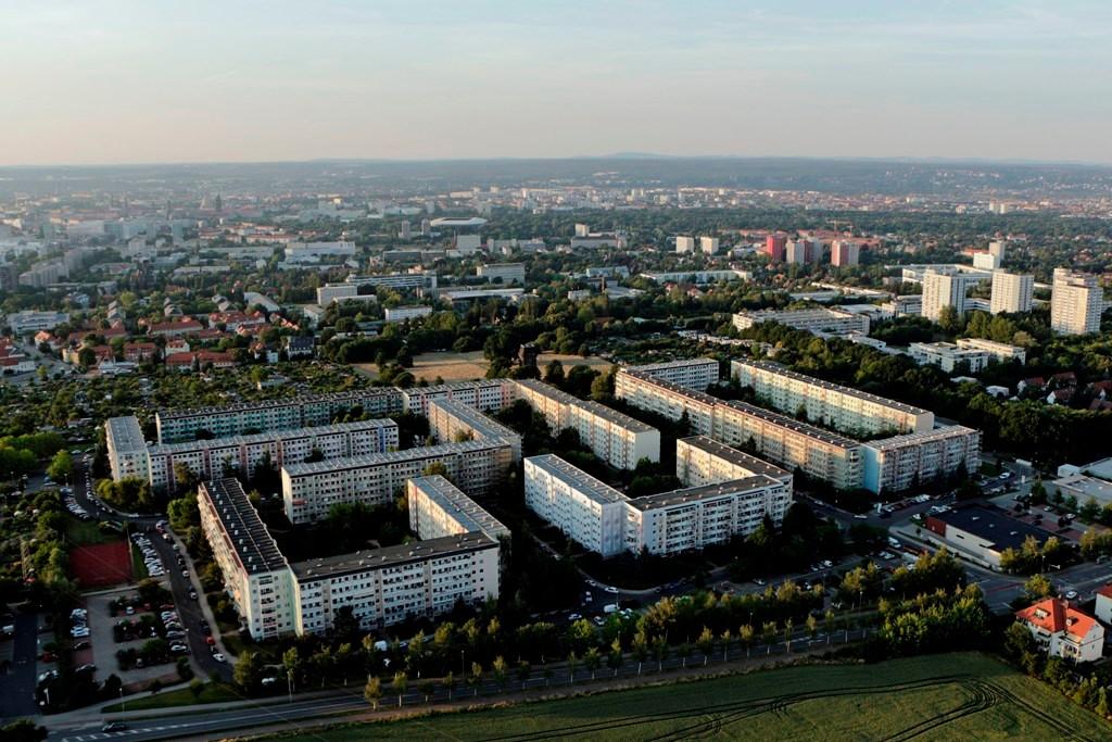 Blick nach Dresden, vor uns die Südhöhe mit Wohngebiet Zschertnitz, rechts Hochhäuser Räcknitzhöhe, die farbigen Hochhäuser weiter unten stehen am Zellschen Weg (Studentenwohnheime)