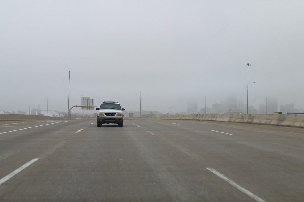 ...hinter uns sieht man noch Oklahoma City im Nebel verschwinden