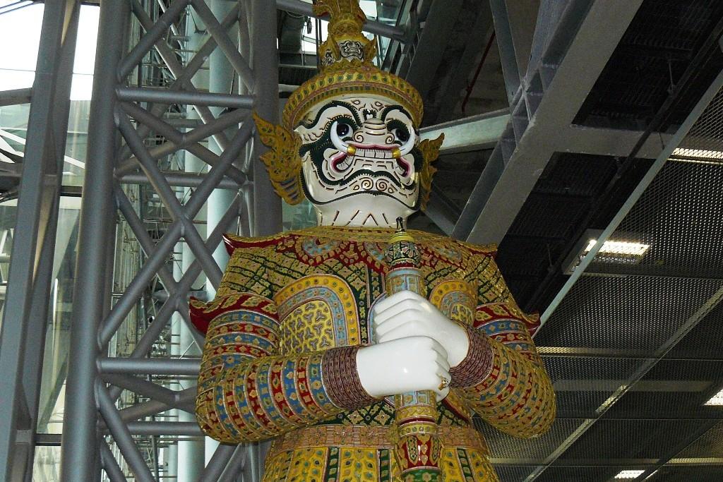 Mit dieser historischen Thaifigur werden wir im Airport Bangkok