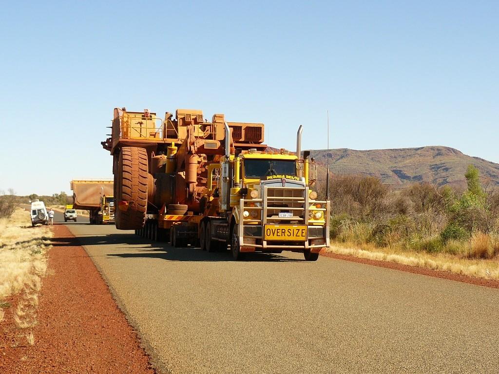 Die überdimensionalen Trucks, wir wollen in den Karijini Nationalpark, stellten für uns oft Hindernisse dar, da wir alle an den Fahrbahnrand halten mussten. Die Reifendurchmesser betragen 3,00 m, 200 t Eigengewicht und 200 t Traglast bei 20 Ltr./ km !!!!