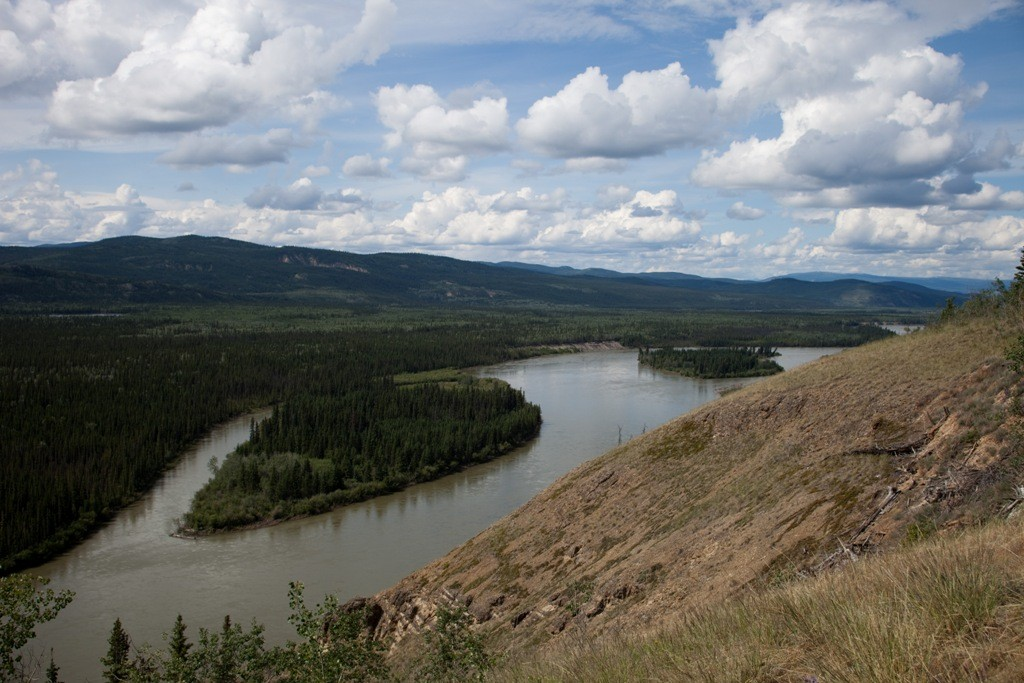 Yukon River am Robert- Campbell HWY mit den Eagle Rocks
