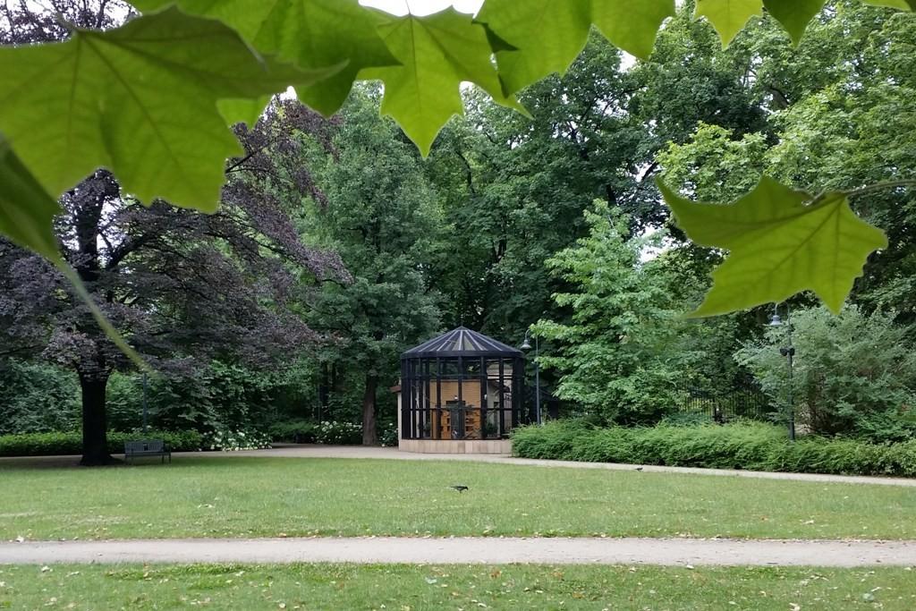 Die Foliere im Hintergrund im Nicolaus Kopernikus Park