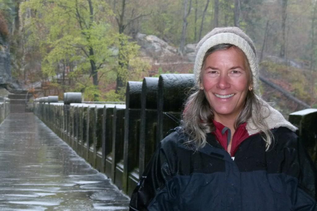 Laurie bei sehr schlechtem Wetter auf der Basteibrücke