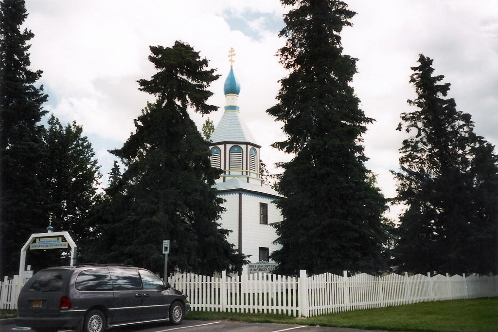 """Die russ.-orthodoxe """"Heilige Himmelfahrt der Jungfrau Maria-Kirche"""" (1846) mit den drei Zwiebeltürmen in Soldotna (Halbinsel Kenai)"""