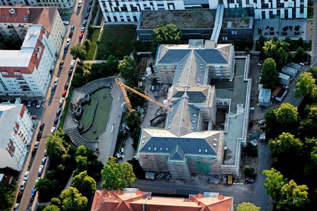 Haus N, Klinik für Allgemein- und Viszeralchirurgie, links davor der bedeutenste barocke Brunnen Dresdens, der Neptunbrunnen aus dem Jahre 1744