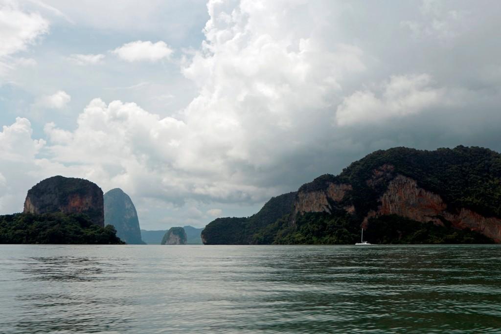 "Er hat 42 große und kleine Inseln, wobei die berühmten Inseln Khao Phing-Kan den Nadelfelsen Ko Ta Pu (""James-Bond-Felsen"") beherbergt"