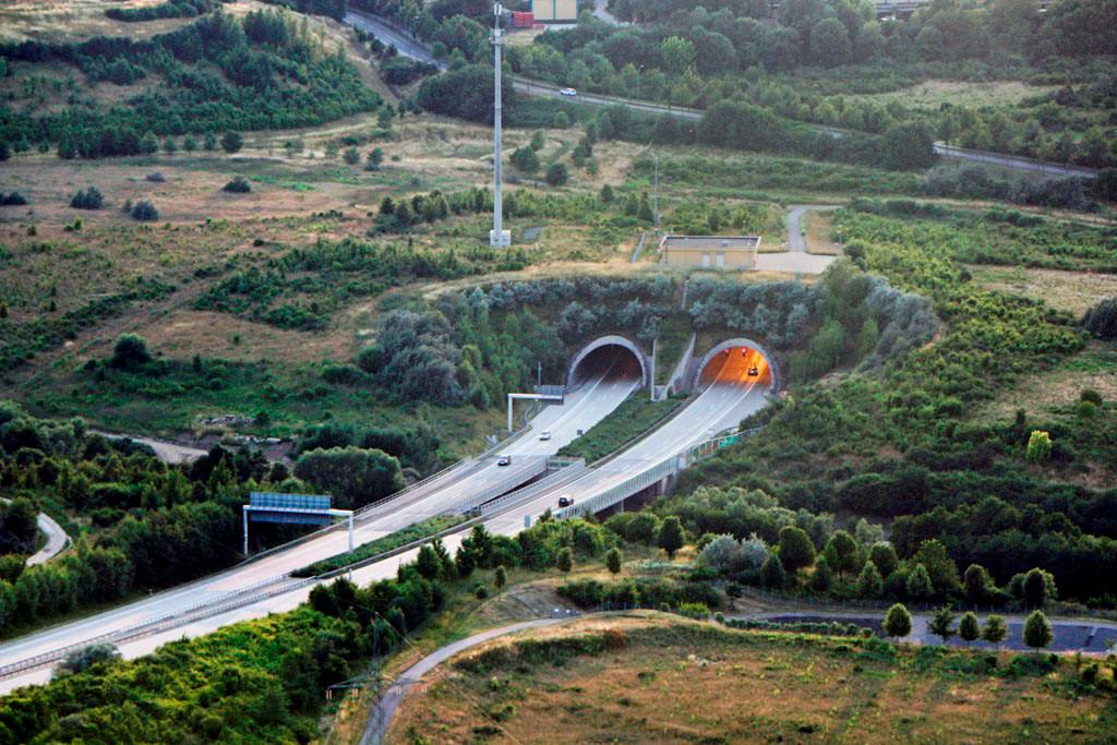 Die östliche Ausfahrt des Tunnel Coschütz der 2.332 m Länge hat, der sich nach der Weißeritzbrücke (218 m) anschließende Dölschener Tunnel ist 1.070 m lang