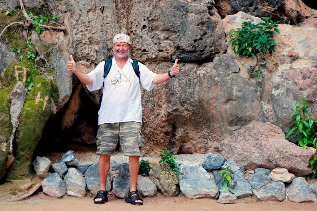 Unmittelbar neben Khao Phingkan (zwei Felsen aneinander gelehnt) freue ich mich riesig, hier zu sein - man sieht´s!