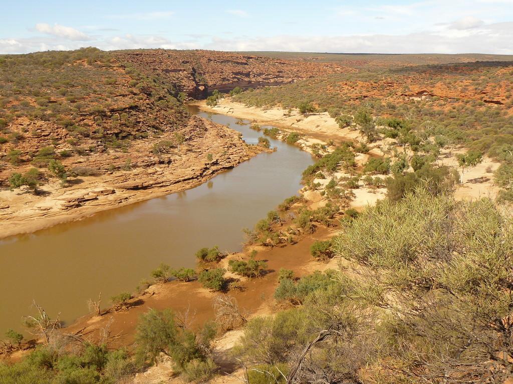 Der träge dahin fliesende Murchison River in einer trostlosen Gegend