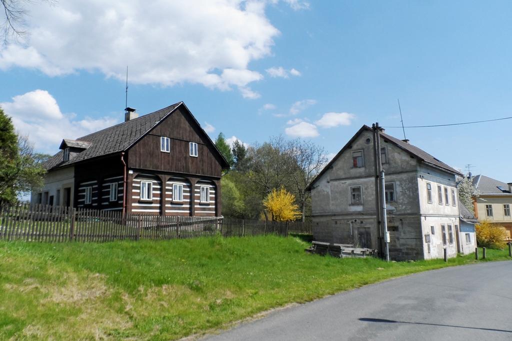 Auf der Dorfstraße zu Stimmersdorf stehen vereinzelt Umgebindehäuser! Die etwa 500 Jahre alten historische Fachwerkhäuser deren Anzahl in Sachsen und Tschechie bei ca. 7000 liegen.