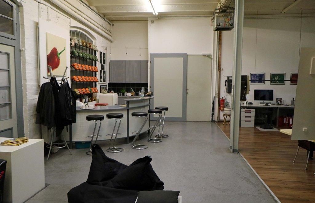 Blick von hinten zum Eingangsbereich, hier wird die Größe des Ateliers sichtbar. Übrigens Telefone vergangener Zeiten entdeckt man überall!