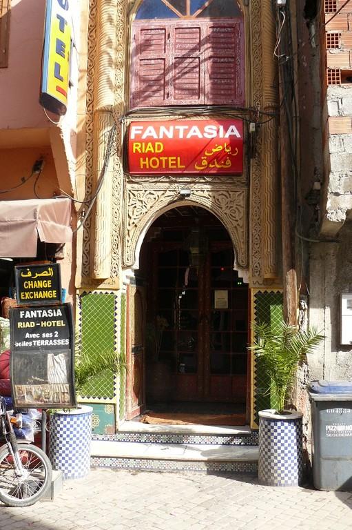 """Wie gewohnt steigen wir wieder im Riad Hotel """"Fantasia"""" ab und beziehen Quartier. Am äußeren Gesamteindruck hatte sich in den zwei Jahren nichts getan."""