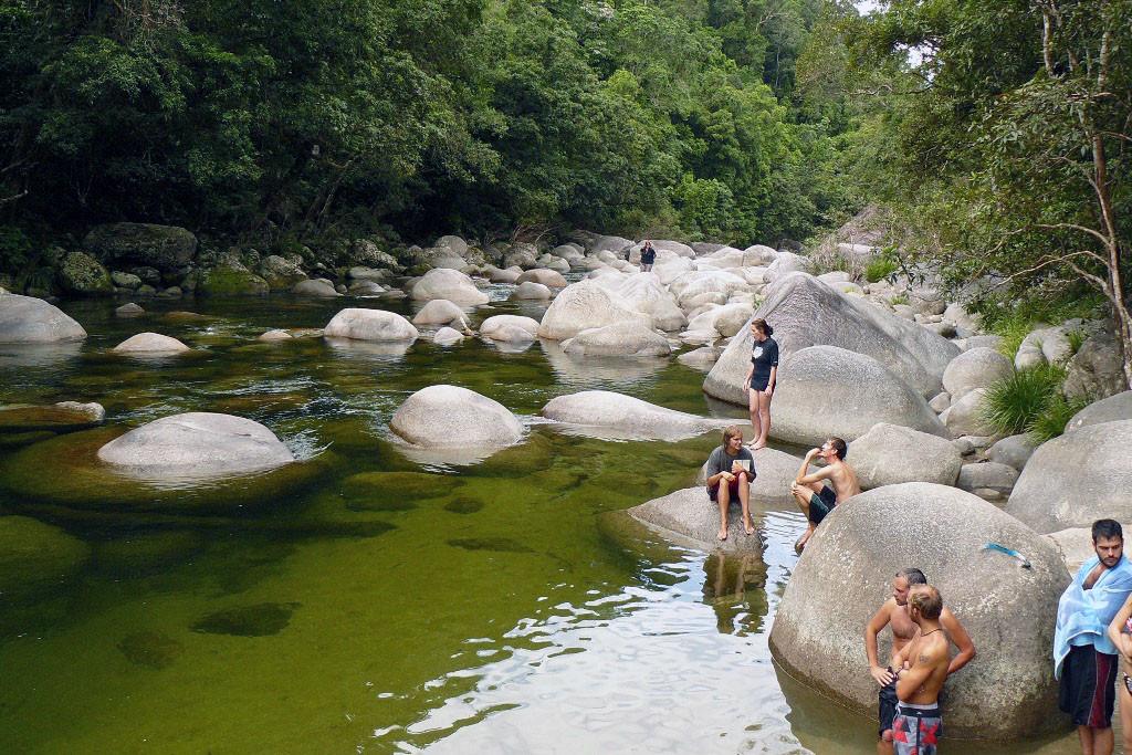 Ein erfrischendes Bad im klaren, kühlen Wasser des Mossman River