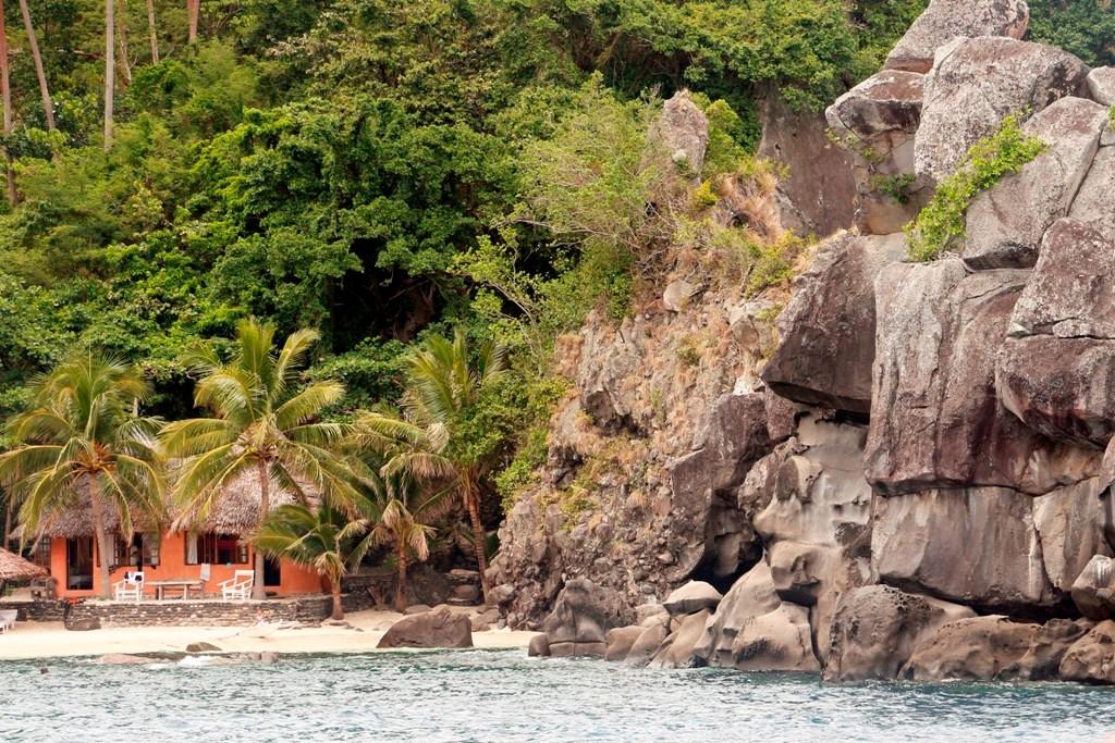 Die vorgelagerte Klippen- oder Felseninsel vor Apo Village!