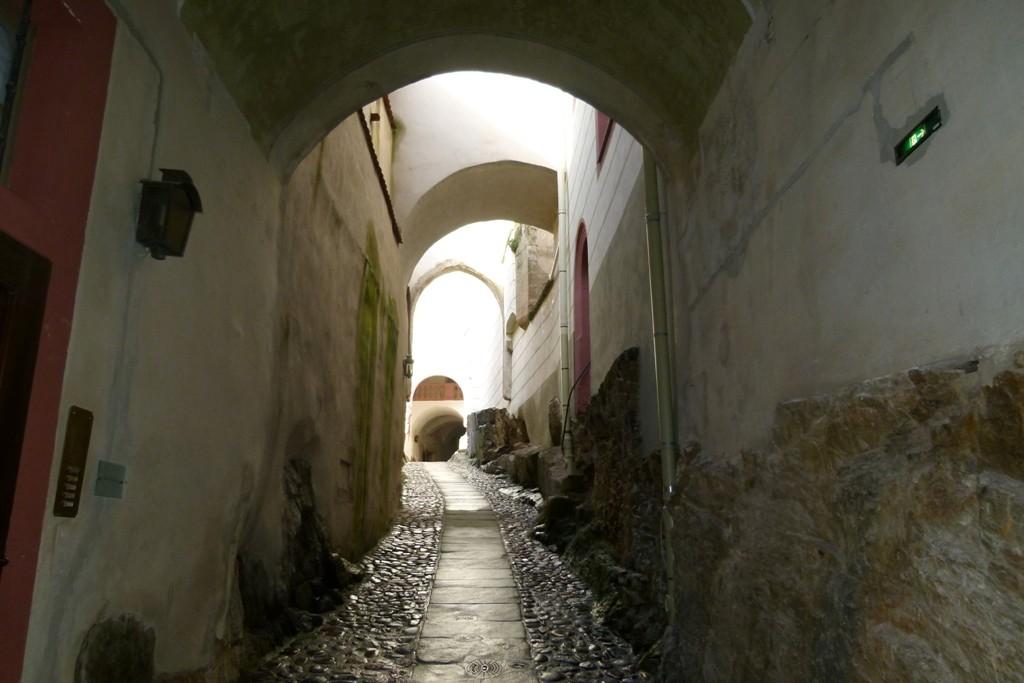 Schmaler Gang in die oberen Schlossanbauten und das alte historische Schloss