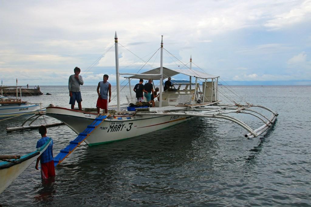 ...in Zamboanguita besteigen wir unser Boot zur Fahrt nach Apo Island!