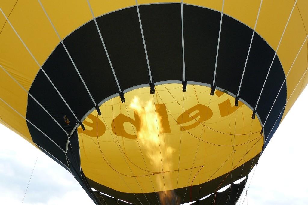 ...die Luft im Ballon wird erwärmt, damit der Aufstieg erfolgen kann