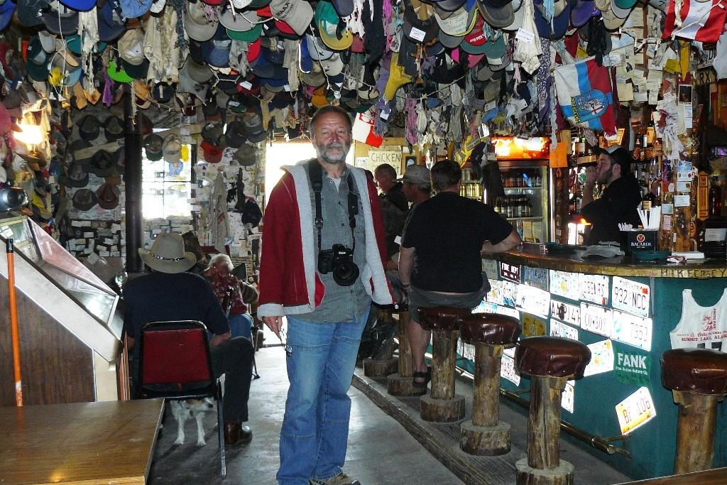 Im alten, urigen Chicken in der Bar, wo ein jeder hier eingekehrter Tourist etwas von sich zur Erinnerung da lässt! Da sieht man die skurillsten Gegenstände.