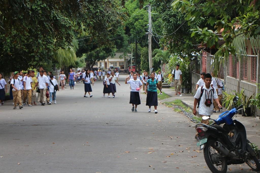 Die Mädchen und Jungen der New Life Bible Baptist Mission in Dauin haben Unterrichtsschluss.