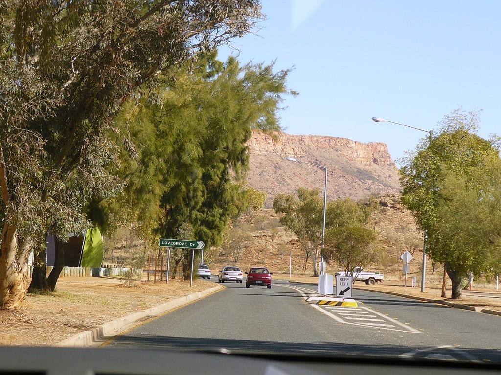 Schnell raus aus Alice Springs und den Namatjira Drive in Richtung Glen Elen Resort gefahren.