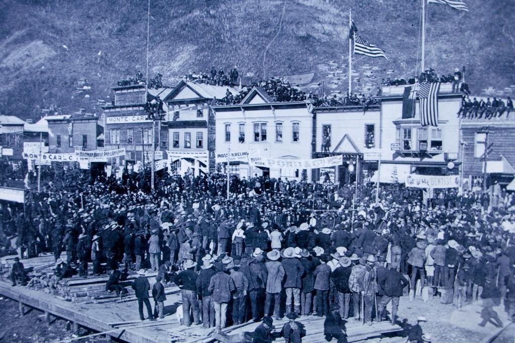 Dawson City um 1898 in der Zeit des Goldrausches. Bis zu 40.000 Goldsucher lebten in und um diese Stadt