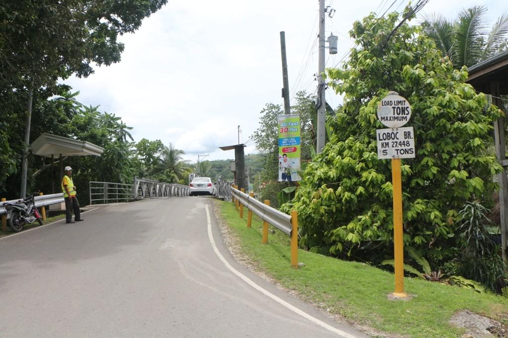 Wir passieren gleich die schmale Brücke über den Loboc River in Loboc!