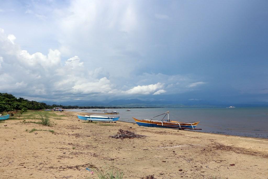 Ich stehe in Bayawan an der Sulu See und fotografiere in Blickrichtung Ost die Südspitze von Negros
