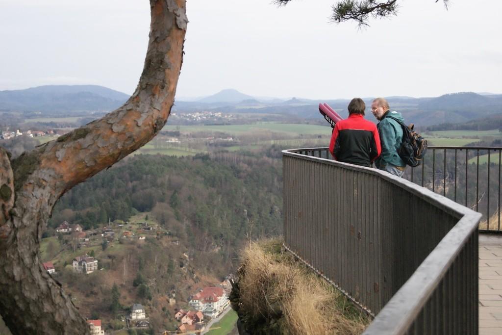 ...und hier stehen sie auf der Aussichtsplattform und schauen ins weite Land der Sächsischen Schweiz