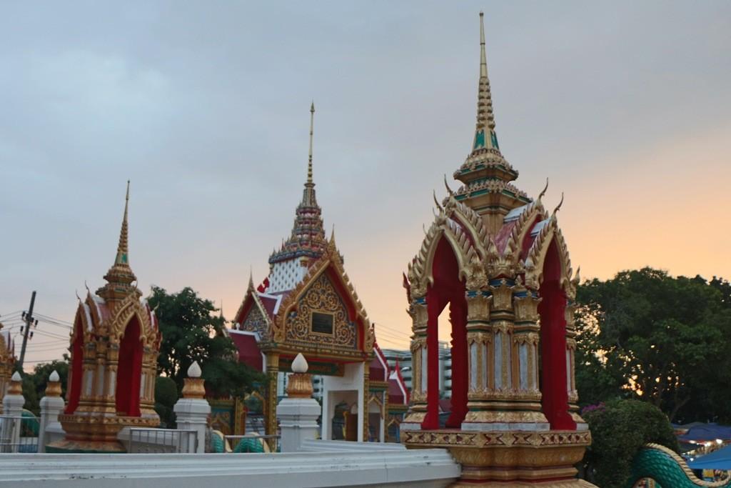 ...Teilansicht des Tempelkomplexes Wat Karon in der Abendsonne