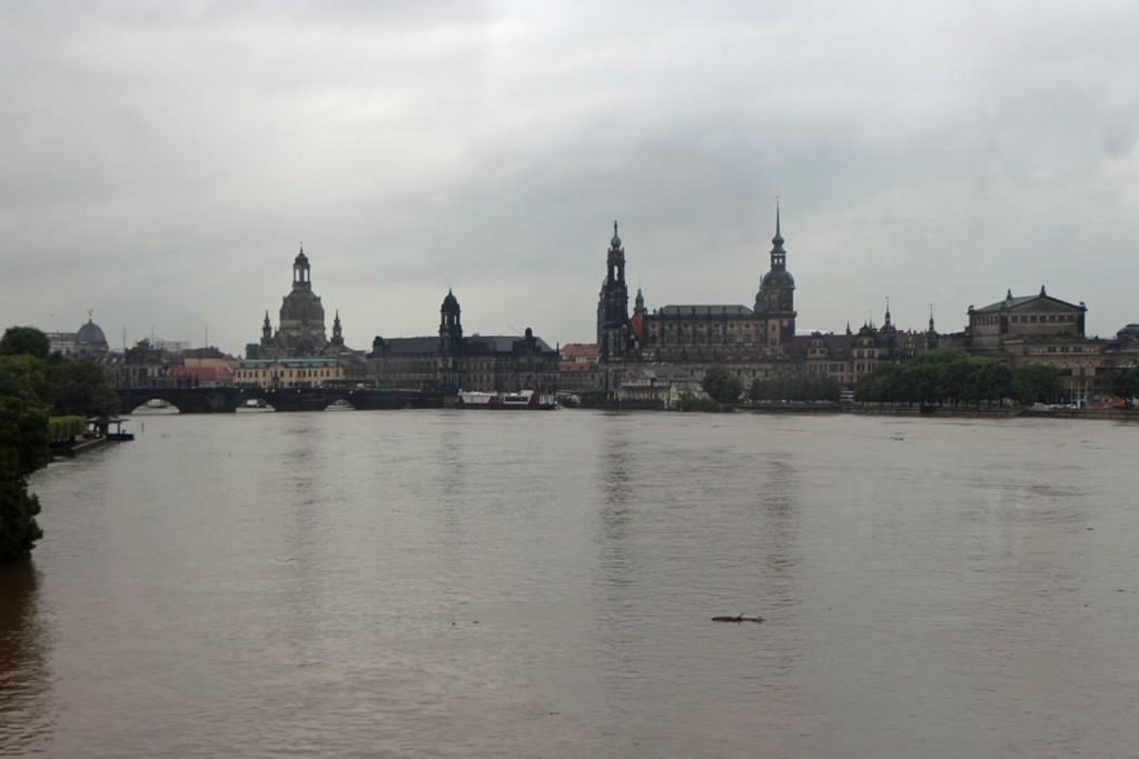 Aus dem Busfenster der Blick auf Schloss und Augustusbrücke, schlimm- schlimm!