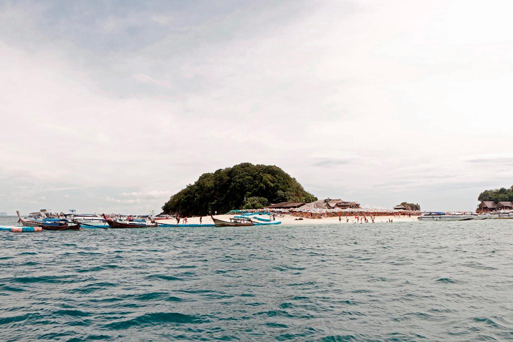Koh Khai Nok ist unbewohnt, die kleine Insel hat ein herrliches Korallenriff zum Schnorcheln. Ein großartiger Ort, den Tag zu verbringen in völliger  Ruhe.