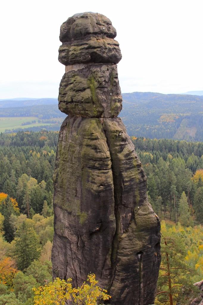 """Das Naturdenkmal """"Barbarine"""" die erstmals im Jahre 1906 bestiegen wurde. Heute ist hier das Felsklettern (seit 1975) verboten."""