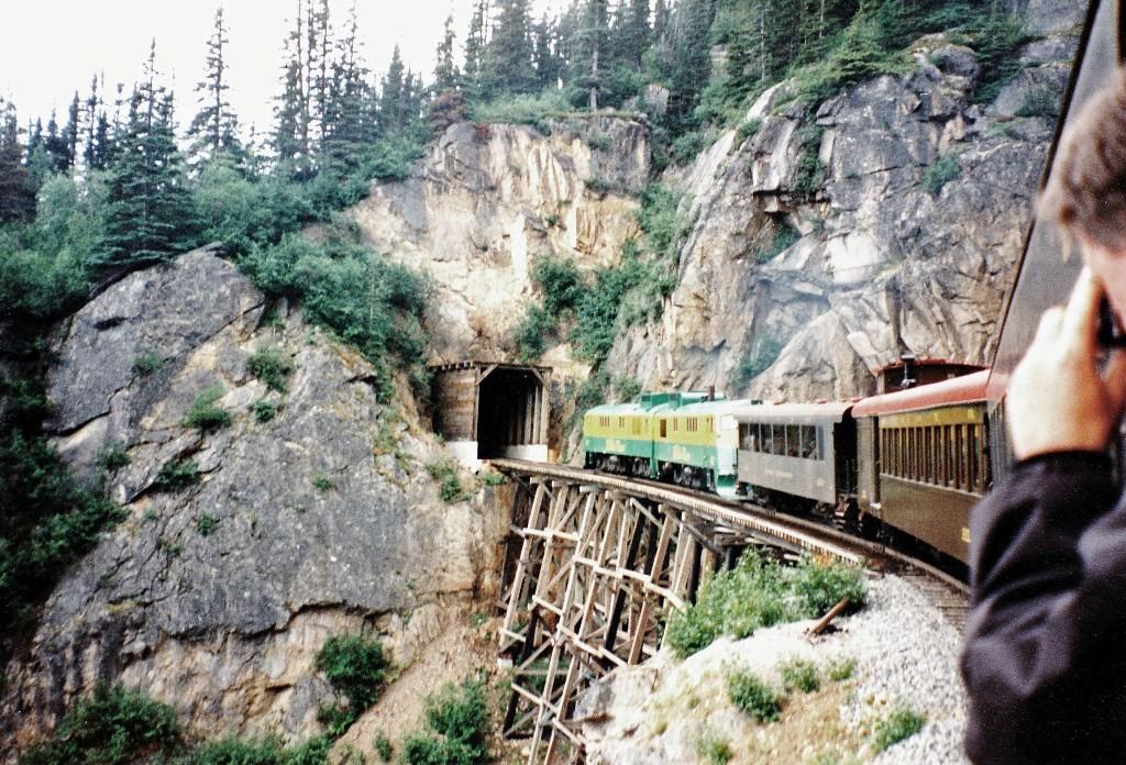 Der Scenic Railway der WP&YR Alaskas/Kanadas (nur 26 Monate Bauzeit) und der Welt schlechthin, hier kurz vor dem 2.Tunnel