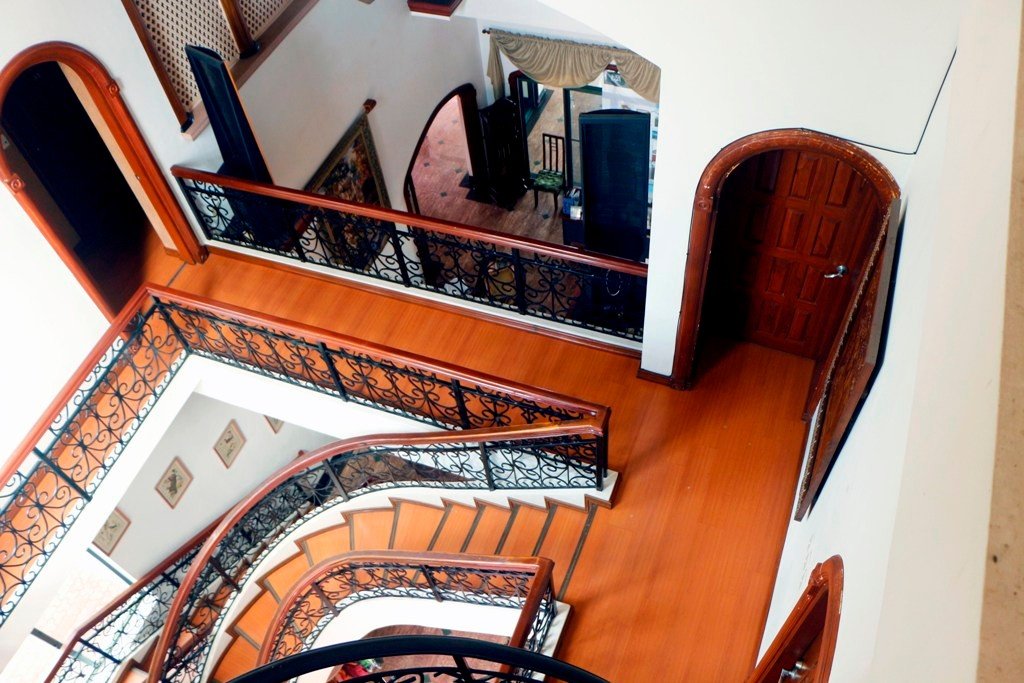 Blick vom Ausstieg im Dachgeschoss auf das weiträumige Treppenhaus
