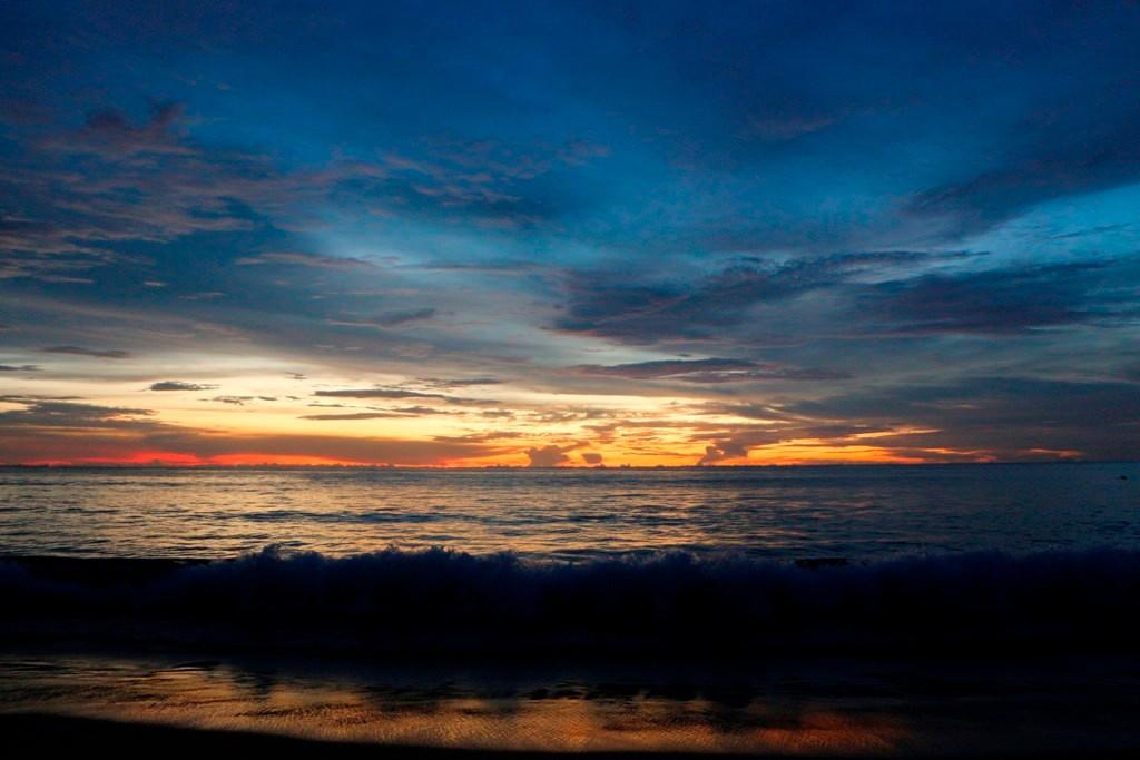 Die Sonne ist verschwunden und dennoch färbt sie noch den Himmel